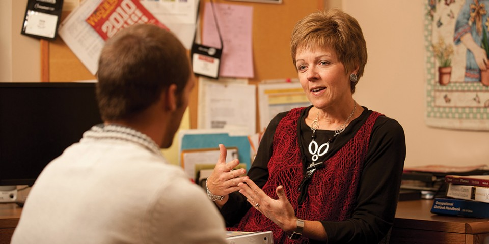 Faculty member Deb Roth counsels a student.