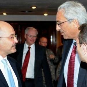 Sadi Othman, second from right, speaks with Barham Salih, an Iraqi Kurdish leader.